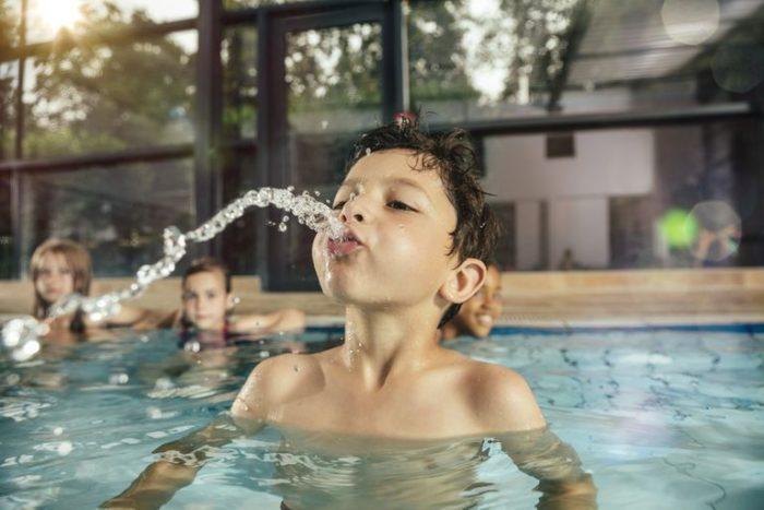 Мальчик заглатывает воду