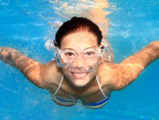 Девушка плавает под водой