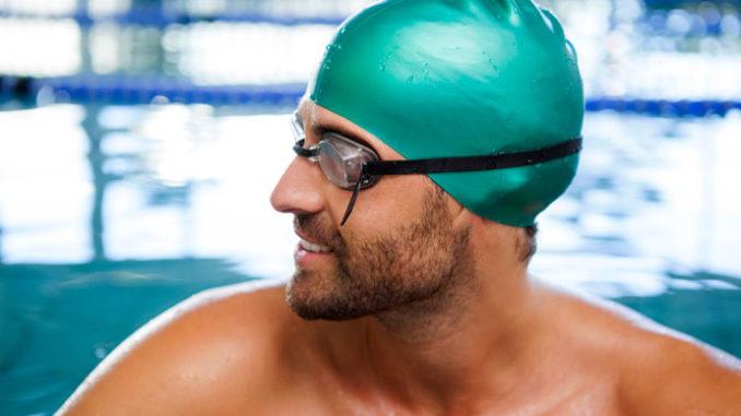 Мужчина в шапочке для бассейна