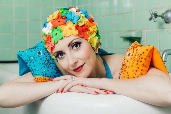 Женские шапочки для плавания с декоративными элементами