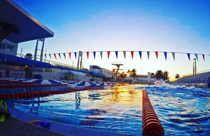 Бассейн для плавания вечером