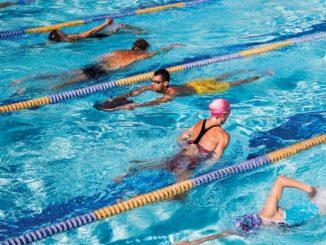 Тренировка по плаванию в бассейне