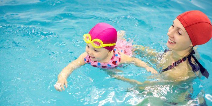 Занятия плаванием в бассейне с ребенком