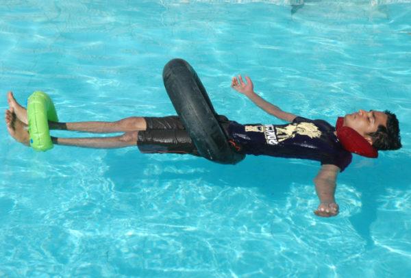 Упражнение на расслабление позвоночника в бассейне