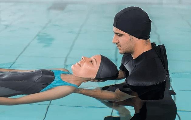 Занятия с тренером в бассейне
