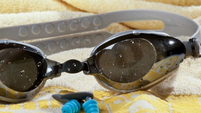 Очки для плавания на полотенце