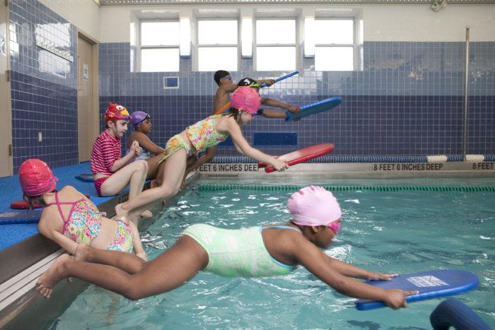 Обучение детей в бассейне прыжку в воду с бортика