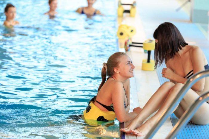 Девушки разговаривают в бассейне