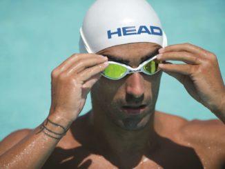 Мужчина надевает очки для плавания
